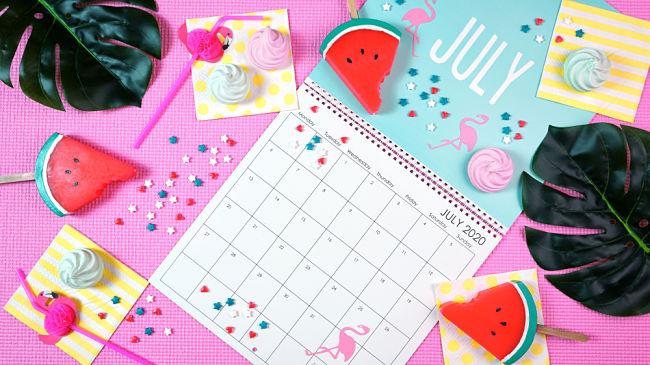 Calendario estivo per ricordare la data, l'orario e il luogo della festa in piscina