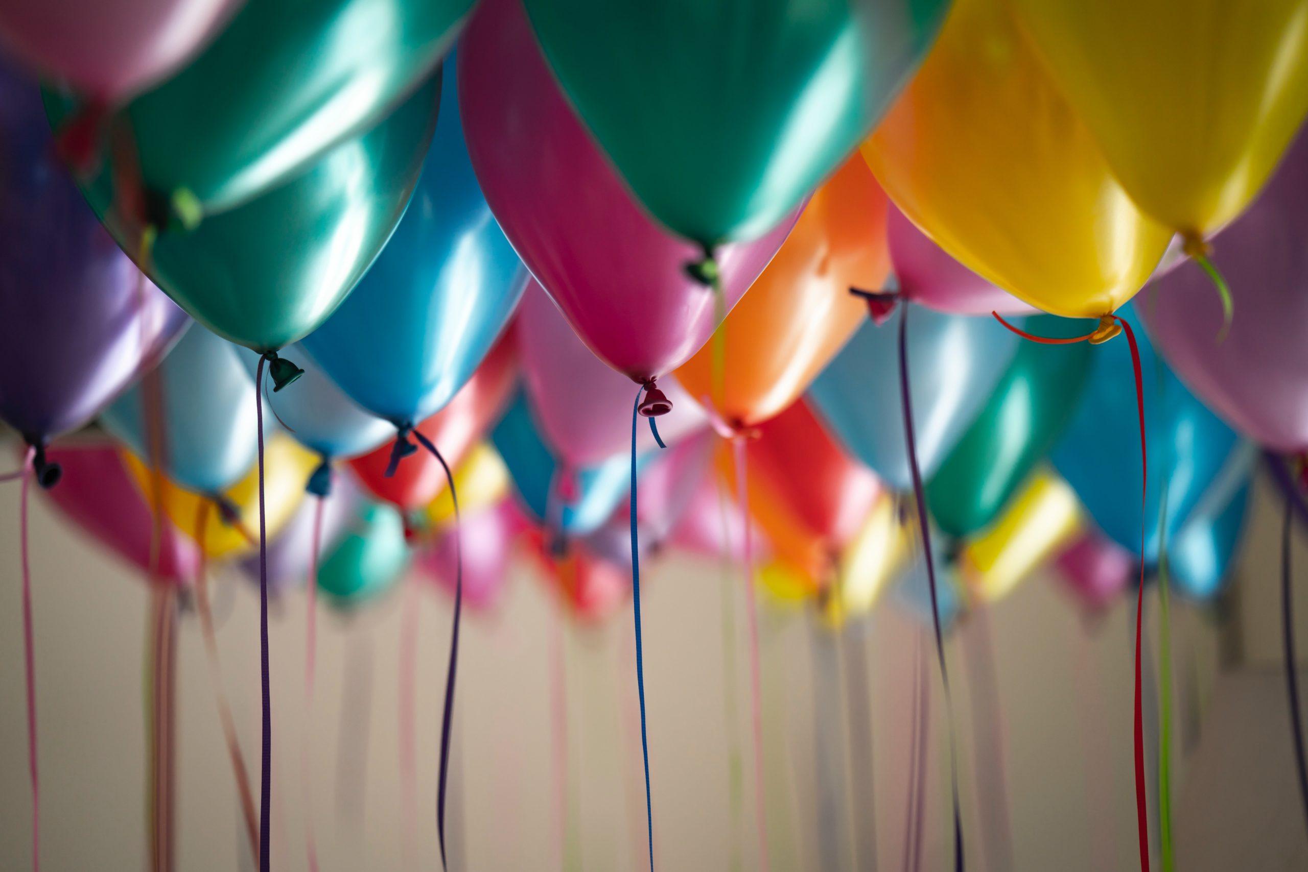 Palloncini colorati durante un compleanno a scuola