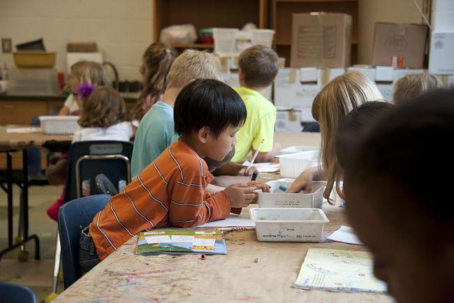laboratorio per bambini nel quale disegnano e colorano