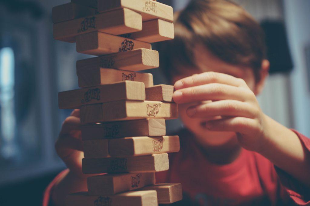 Bambino che gioca a Jenga durante una festa a scuola