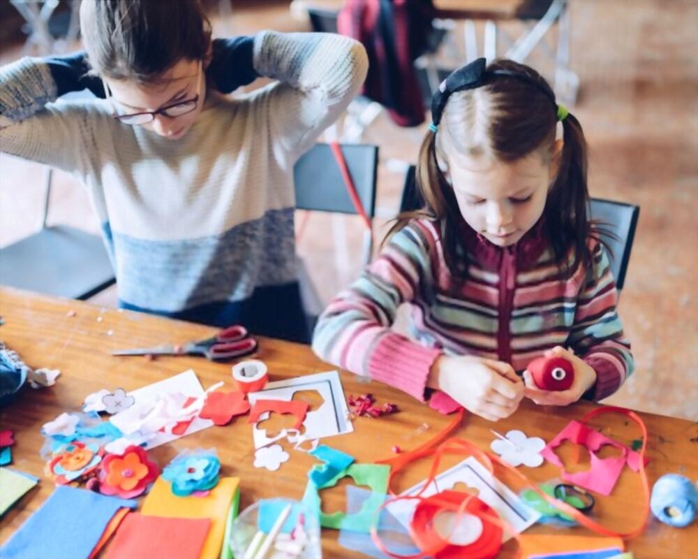 Bambine che giocano durante una festa di compleanno dal sarto