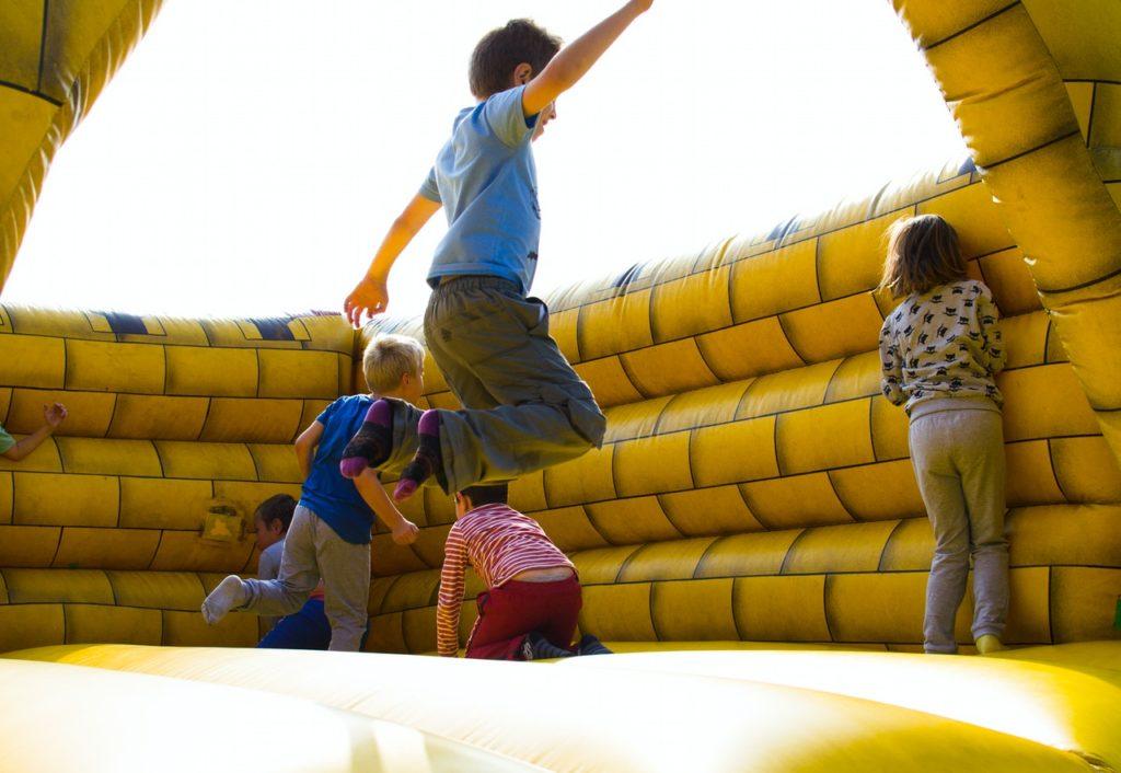 i bambini saltano durante la festa al parco giochi gonfiabile