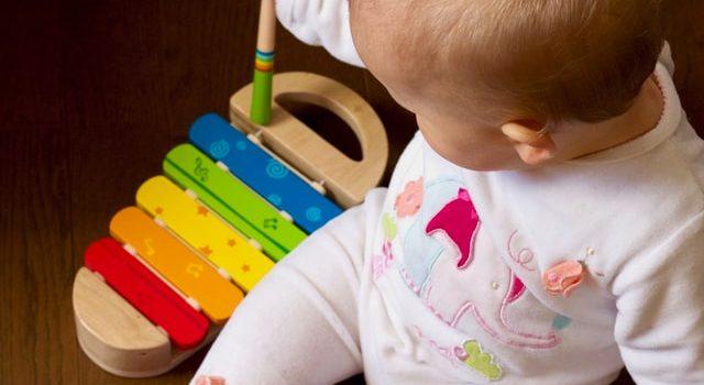 bambino che gioca con uno xilofono, gioco musicale per bambini