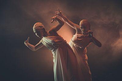 due romani che danzano in festa a tema antichi romani