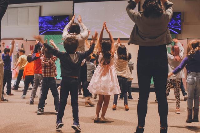 Bambini che ballano uno dei giochi musicali per bambini, baby dance di gruppo