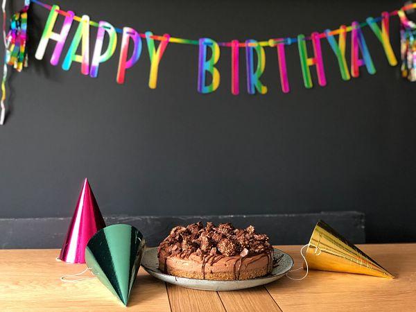 torta di compleanno con festoni