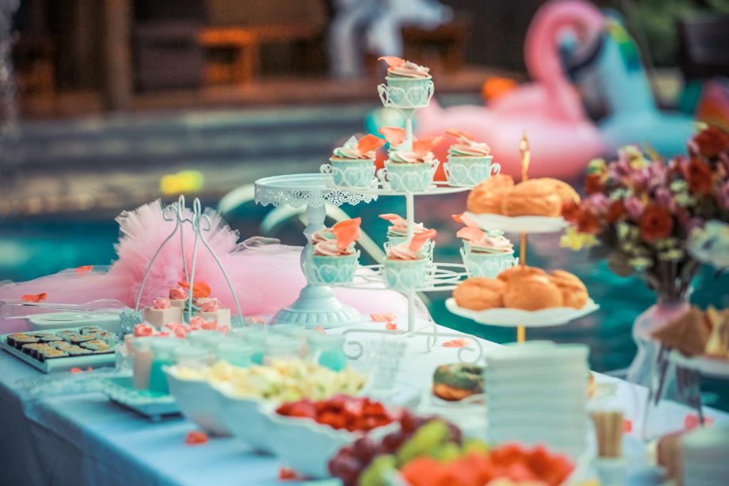 buffet per una festa di compleanno per bambini con cupcake, frutta di stagione