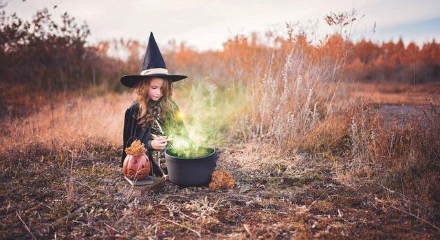 Bambina ad Halloween con un costume da strega