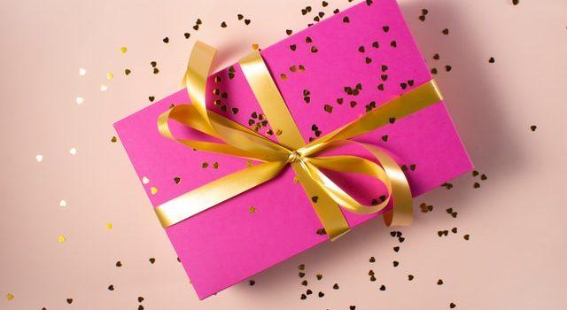 pacchetto per regali di compleanno per bambini rosa con nastro oro