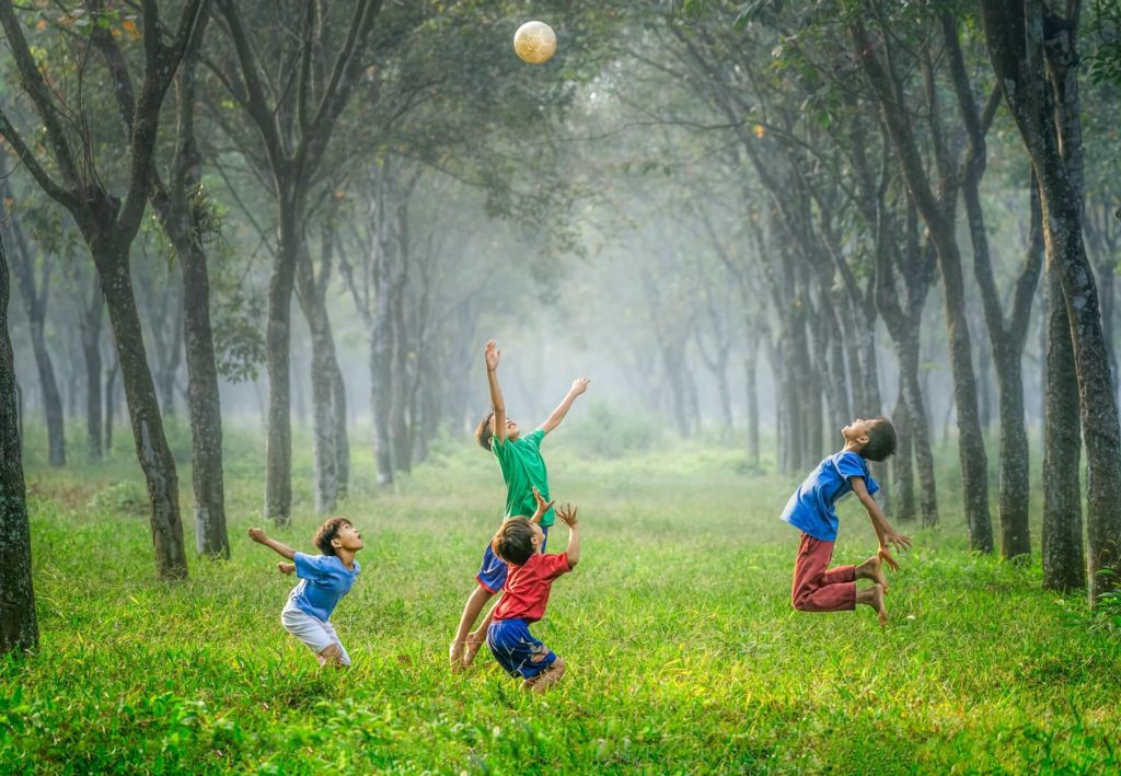 i bambini saltano felici durante una festa all'aperto