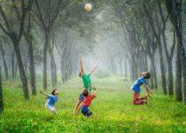 i bambini saltellano felici