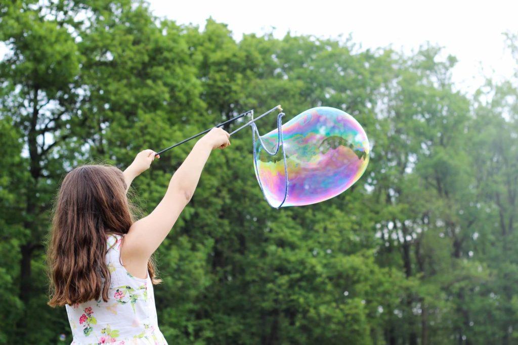 la bambina che gioca durante una festa all'aperto