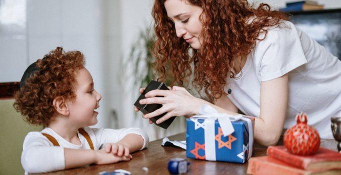 il bambino felice scarta il regalo