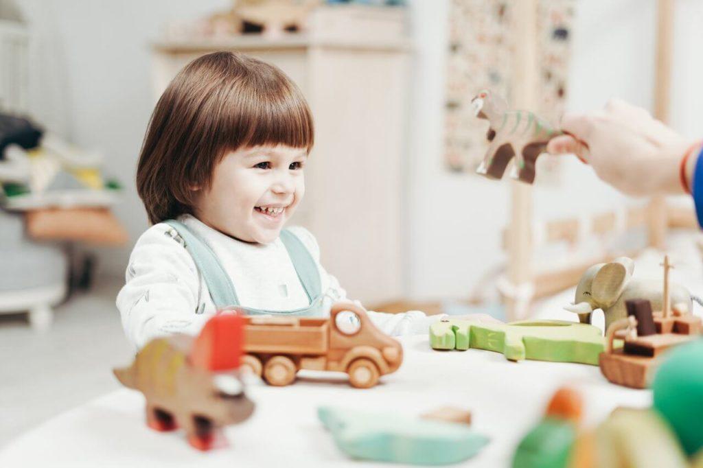 il bambino sorride dopo aver ricevuto il miglior regalo