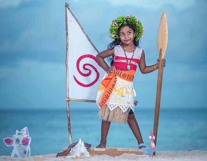 Bambina vestita da principessa Vaiana per la festa a tema Oceania.