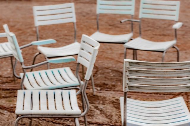 Sedie bianche sparse per uno dei giochi musicali bambini, il gioco della sedia