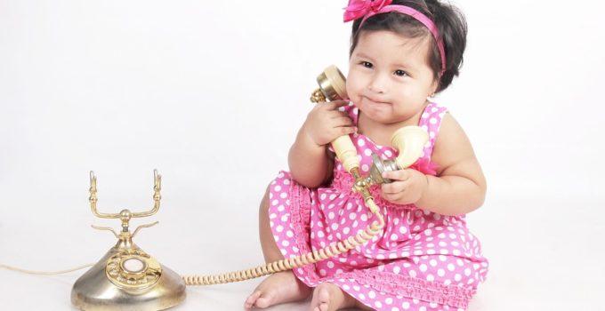 Bambina con telefono