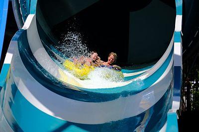 Festa al parco divertimenti: mamma e bambini sullo scivolo acquatico, Mirabilandia