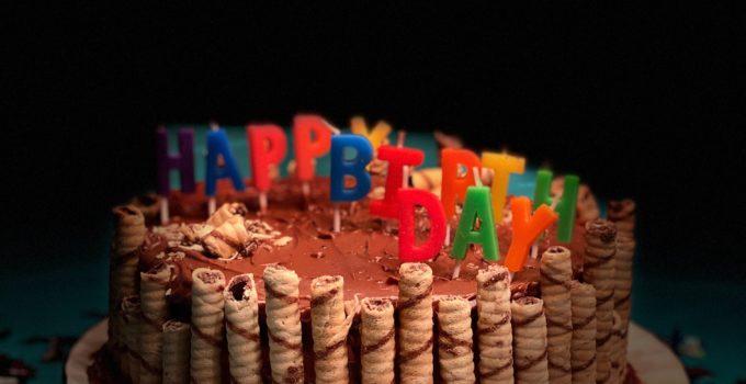 """Torta di compleanno con scritta """"happy birthday"""""""