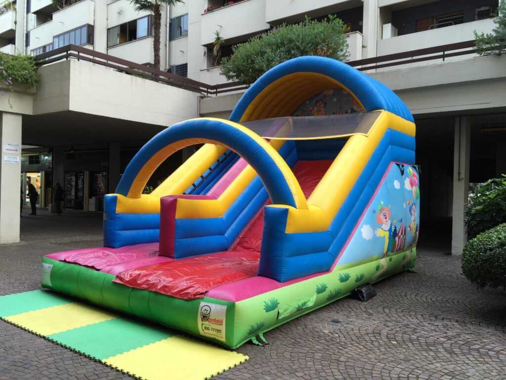 Scivolo gonfiabile noleggiato in un centro commerciale a roma a tema clown