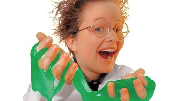 Come fare lo Slime: bambino con lo slime in mano