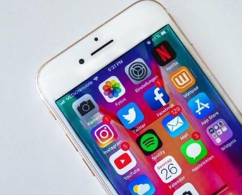 Spedizione inviti digitali tramite piattaforme social e app di messaggistica