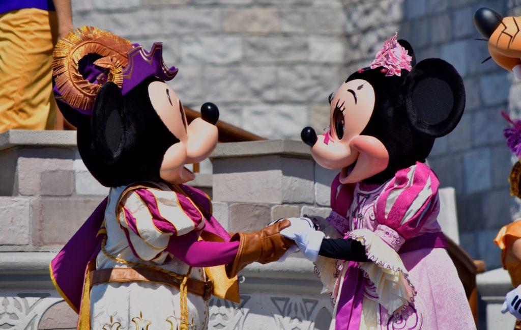 Minnie e topolino che si guardano prima della festa a tema minnnie