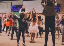 bambini che ballano seguendo gli animatori di un'agenzia di animazione per bambini