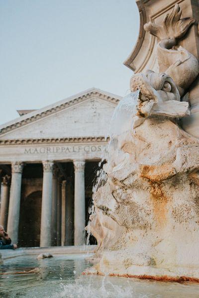 fontana e colonne a Roma