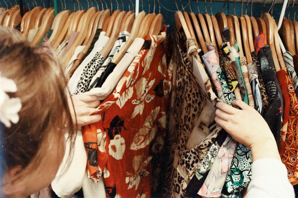 bambina che sceglie camicie colorate
