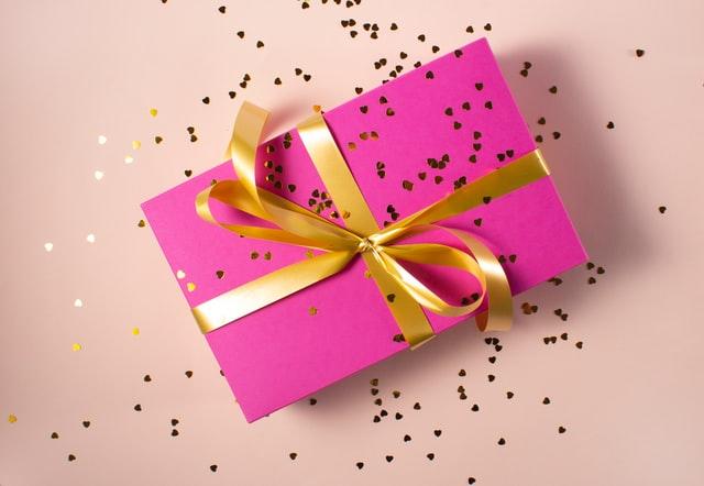 pacchetto regalo rosa con fiocco giallo. uno dei tanti regali di compleanno per bambini consigliati