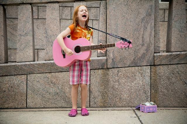 babmina che suona una chitarra rosa