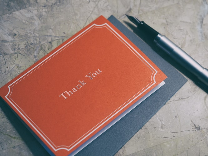 """biglietto con scritto """" thank you"""",  grazie."""