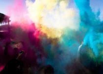 ragazzi e bambini festeggiano in un holi color party