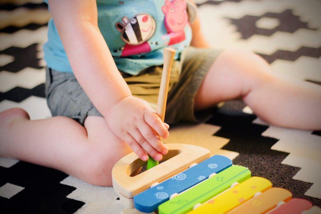 il bambino gioca a casa durante la festa stile ludoteca
