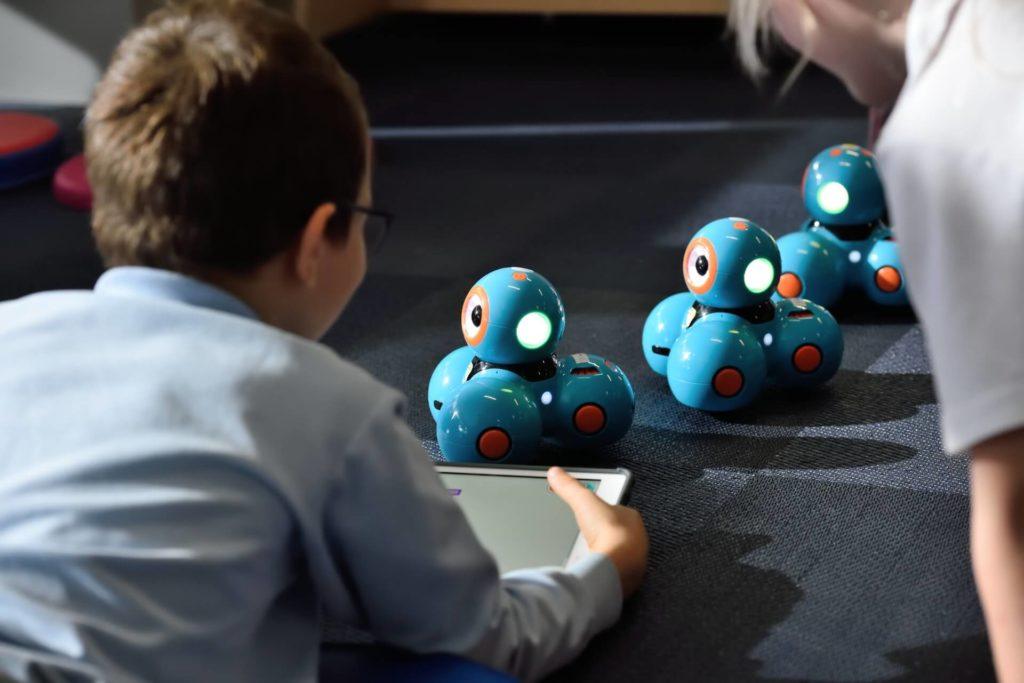il bambino gioca con i robbot