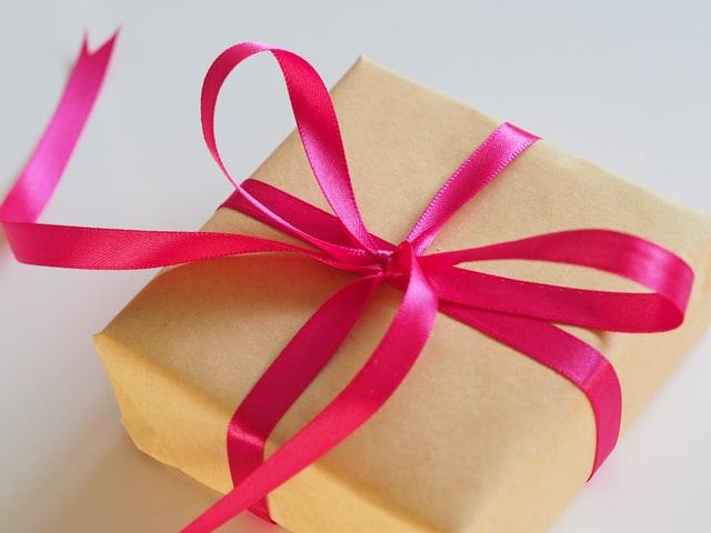 pacchetto di regali di compleanno per bambini oro con nastro giallo