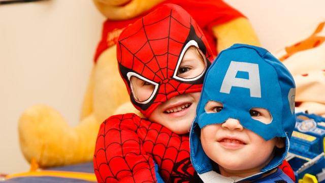 bambini vestiti da capitan america e spiderman