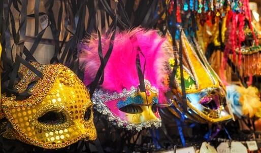 Maschere di Carnevale come addobbi in casa