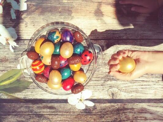 Caccia alle uova la mattina di Pasqua