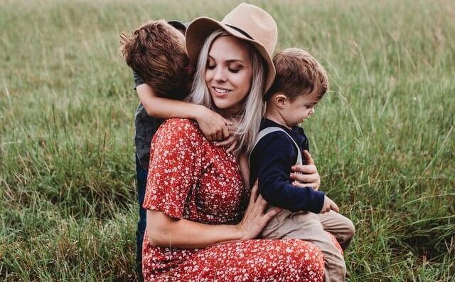 Bambini che abbracciano la mamma