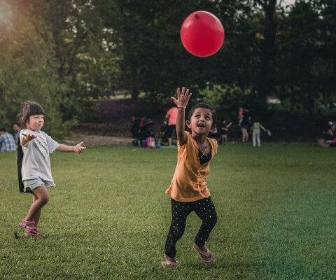 Bambini che giocano ad una festa a tema Re Artù