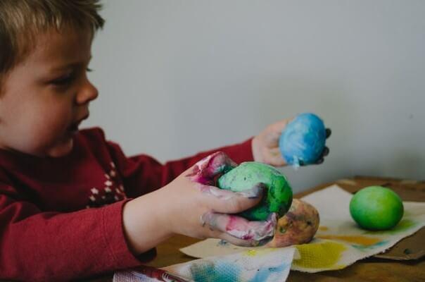 Bambino che fa i lavoretti di Pasqua