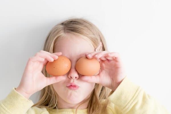 Bambina con le uova di Pasqua