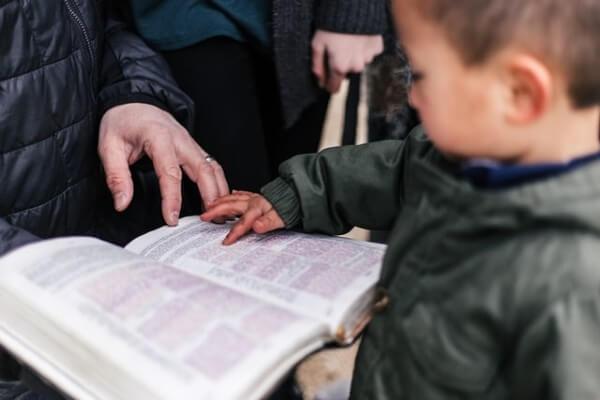 Bambino che legge la storia di Pasqua