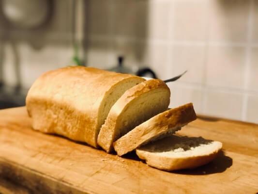 Tagliare il pane per fare tramezzini